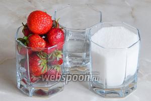 Для приготовления клубничных цукатов нам понадобится свежая клубника, сахар и вода. Можно добавить щепотку лимонной кислоты, но я стараюсь избегать этого продукта, ввиду немалого количества информации о его вреде для здоровья. При желании, готовые ягоды можно пересыпать сахаром или сахарной пудрой, чтобы цукаты не слипались.