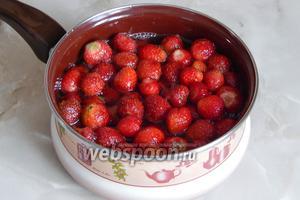 Отправляем ягоды в очень горячий сироп. Даём полностью остыть (примерно часа 2-3, в зависимости от температуры на кухне). После чего, сливаем сироп, доводим его до кипения и горячим вновь заливаем ягоды. Такую процедуру необходимо провести ровно 7 раз.