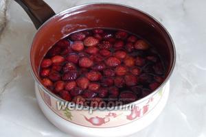 Вот так выглядят ягодки после 7 процедур. Они отдали свой сок сиропу и впитали сахар. А какой сироп у меня остался — не передать словами его аромат. Насыщенно красного цвета, очень сладкий и безумно ароматный. Буду бисквитные коржи пропитывать.