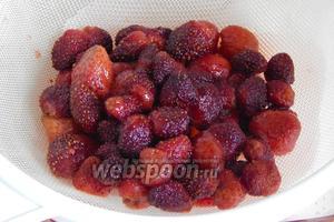 Перекладываем ягодки на сито и даём стечь сиропу часа 2.