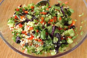 Аккуратно перемешать все ингредиенты. Посолить, сверху полить лимонным соком, уксусом и, вконце, полить маслом. Освежающий салат с кускусом готов. Подавайте его холодным.