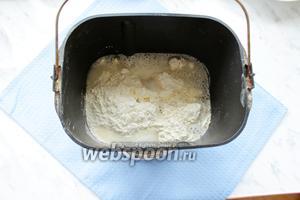 Замес теста я делала в хлебопечке, для этого сложить в чашу хлебопечки муку, соль, 1 яйцо и воду, режим «Пельменное тесто». У меня замес 20 мин.