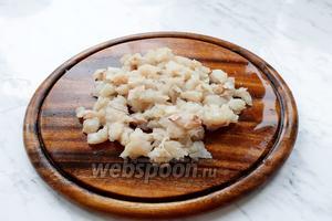 Пока замешивается тесто, готовим начинку. Для начинки рыбу лучше не пропускать через мясорубку а мелко нарезать. Нарезать филе хека (можно заменить на любую другую белую рыбу).