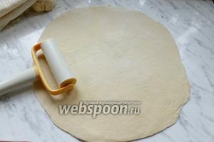 Затем тесто разделить на 4 части и каждую раскатать тонко, примерно, в 1 см толщиной.