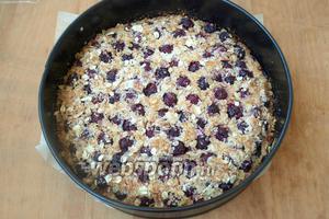 Разогреть духовку до 190ºC и выпекать пирог 40 минут. Верх пирога должен немного подрумяниться. Готовый пирог немного остудить, затем снять с формы кольцо и нарезать пирог на порции. Приятного аппетита!