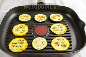 Поджарить кольца цукини на сковороде-гриль с обеих сторон.