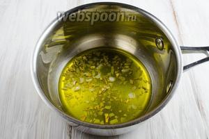 Дольки чеснока нарубить мелко. Пассеровать в оливковом масле.