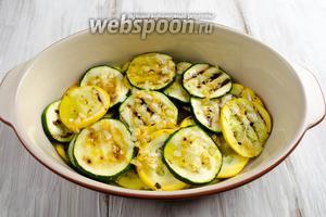 Залить слой цукини ароматным чесночным маслом.