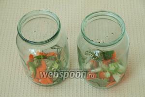 Банки хорошо вымыть, простерилизовать над паром. На дно банок выложить морковь, перец, 1 зонтик укропа, 4-5 зубков чеснока, 1 гвоздику, 3-4 шт. лаврового листа.