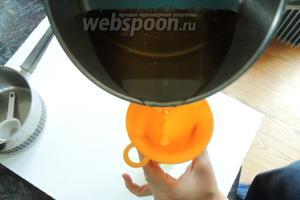 Заранее надо подготовить бутылки, то есть простерилизовать и высушить и держать горячими на готове. Я, например, сначала пропарила в стим-комбайне на программе «Пар» 100°С 2 минуты, затем высушила на «Горячем воздухе» 100°С тоже 2 минуты. Оставила в духовке дожидаться очереди. Как только сироп начинает бурлить, переливаем его в подготовленные бутылки.