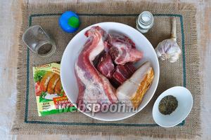 Для колбасок свинину лучше брать лопатку или заднюю часть, говядину и подкопченное сало, оно придаст аромат копчения, свиную оболочку, соль, перец, травы сухие, вермут, чеснок.