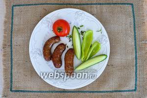 Колбаски подавать горячими с овощами  или гарниром по желанию.