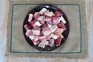 Мясо вымыть и нарезать на кусочки для мясорубки.