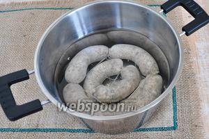 Через сутки, колбаски наколоть иглой, это надо сделать обязательно, чтобы воздух выходил и не рвал оболочку. Варить 10 минут на слабом огне после закипания.