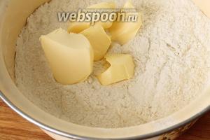 В миску просеять муку, добавить разрыхлитель, маленькую щепотку соли и перемешать. Положить в муку холодное масло и перетереть масло и муку и в крошку.