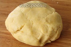 Замесить мягкое тесто (можно при необходимости добавить чуть муки или йогурта). Долго тесто не вымешивать. Дать отдохнуть 5 минут.
