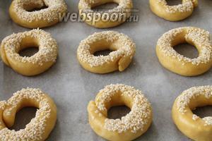 Взболтать белок (мы его оставили в сторону) и обмакнуть булочки сначала в белок, затем в кунжут. Выложить на противень и выпекать при тмпературе 180 °С 20-25 минут.