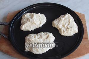 Класть в сковородку по одной столовой ложке в небольшое количество разогретого растительного масла.