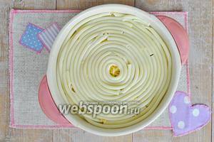 Закрыть запеканку макаронами. Поставить выпекать в духовку при 170ºC на 30-40 минут.