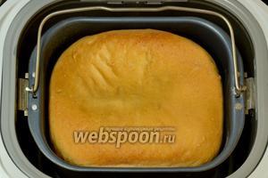 После сигнала готовности извлекаем хлеб из формы. У меня он вышел высоким, но серединка немного прогнулась, так как хлеб получился очень мягким и пористым.