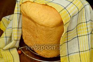 После извлечения из формы хлеб остужаем на решётке под полотенцем.
