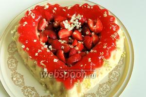 Торт-десерт «Клубничная мечта» сервируем с цветками бузины чёрной. Приятного аппетита!
