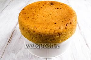 После того, как кекс остынет, вынуть его с помощью корзинки для варки на пару. Перевернуть.