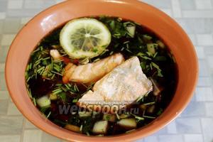 Рыбу подавать на тарелке отдельно или положив куски в миску. Украсить лимоном, подавать со сметаной и горчицей.
