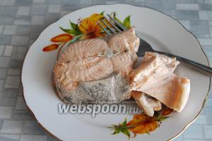 Вынуть готовую рыбу на тарелку, остудить.