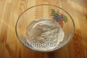 В глубокую миску отправляем сухие компоненты: муку, дрожжи и соль, всё перемешиваем.
