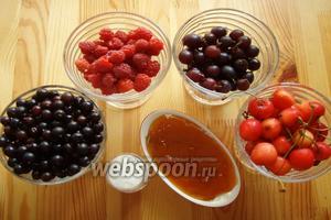 Теперь начинка для неё используем ягоды, у меня: йошта, смородина, малина, черешня, джем абрикосовый и сахар.