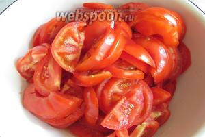 Помидоры (2 кг) нарезать для удобства жарки.