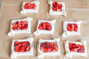 Теперь моем и обсушиваем ягоды. 8 самых красивых штучек оставим для декора. Нарезаем ягодки произвольными кусочками и укладываем в слойки.