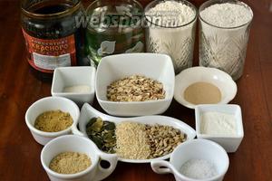 Для приготовления многозернового хлеба нам понадобится: вода, пшеничная и ржаная мука, по 1 ст. ложке тыквенной и кунжутной муки, 4 ст.л. хлопьев (овсяные, ячменные, пшеничные, ржаные), 2 ст. ложки сухого молока, 1,5 ч. ложки соли, 2 ч. ложки сахара, 1 ст. ложки кунжутного масла, 2 ст.ложки концентрата квасного сусла, 2 ч. ложки сухих активных дрожжей, по 2 ст. ложки тыквенных и подсолнечных семечек, 1 ст. ложка кунжута. Все ложки без горки (снять ножом).