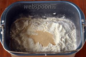 Всыпаем в ёмкость муку и сверху дрожжи. Этот хлеб я выпекала в режиме «Цельнозерновой хлеб», время выпечки в моей хлебопечке Redmond RBM M1902 — 3 часа 55 минут. Вес 750 г, корочка средняя. В этом режиме для лучшего подъёма сначала идёт подогрев ингредиентов.