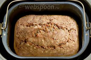 Извлекаем хлеб из ёмкости после сигнала хлебопечки о готовности.