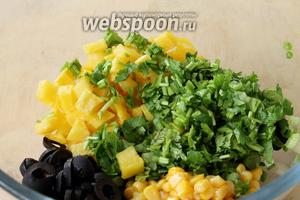 Собираем все игредиенты в миску, кукурузу достать из банки (жидкость слить) и тоже положить в миску.
