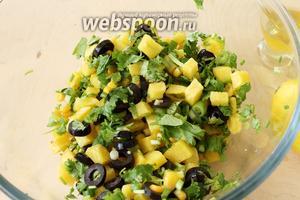 Перемешать всё, полить маслом и лимонным соком по вкусу. Салат готов, подавайте его сразу.