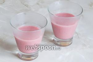Выбираем прозрачные бокалы для десерта. Наливаем в них клубнично-кокосовую смесь. Получается примерно по половине бокала. Ставим всё в холодильник на 1 час или в морозилку на 10-15 минут. Желе не замерзнёт, а очень быстро схватится — именно это нам и нужно, чтобы работать со следующим слоем.
