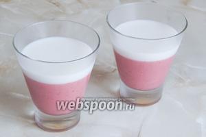 Когда нижнее желе достаточно схватится, столовой ложкой аккуратно наливаем наверх кокосовый слой. Опять ставим в холодильник или морозилку до застывания белого слоя. В морозилке тонкий кокосовый слой застывает буквально за 3-5 минут.