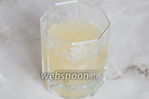 Я использовала желатин в гранулах, поэтому, замочила его в холодной кипячёной воде на 0,5 часа. Если вы будете использовать в пластинах, замочите желатин на 5 минут в холодной воде, затем отожмите его и распустите на водяной бане.