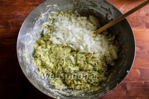 Затем добавьте измельчённый лук, выдавите чеснок через пресс и тщательно перемешайте получившуюся массу.