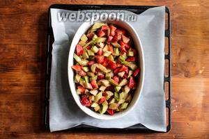 Разогрейте духовку до 200 °C. Плоский противень выстелите листом пергамента, поставьте на противень керамическую форму и наполните её фруктами вместе с выделившимся соком. Отправьте противень в духовку на 20 минут.