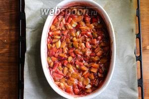 За это время фрукты станут мягкими и пустят сок. Со временем сок превратится в сироп и в духовке сироп начнёт пузыриться. Достаньте противень из духовки и поставьте на стол.