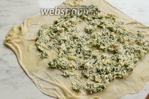 Затем края теста сложить квадратом, смазать поверхность теста растительным маслом и выложить творожную начинку.