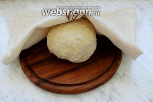 Замесить мягкое эластичное тесто. Мукой сильно забивать не надо!!! Накрыть чистым полотенцем и оставить в тёплом месте на 30 мин «отдохнуть».
