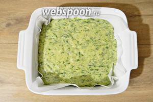 Форму для выпечки выстилаем пергаментом и выливаем в неё тесто.