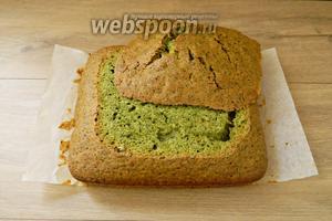Поскольку пирог подается как пирожные, мы срезаем с него неровную верхушку. И разрезаем вдоль на 2 половины.