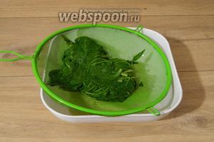 Затем шпинат процеживаем от лишней воды.