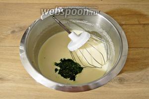 Дальше добавляем шпинатное пюре и ванильный сахар. Перемешиваем.